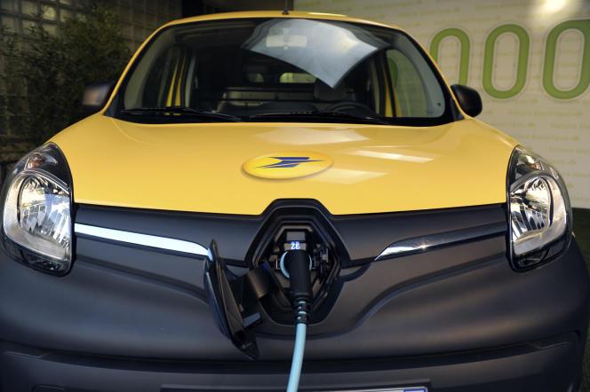 Une voiture électrique 5000 Kangoo de la société la Poste.