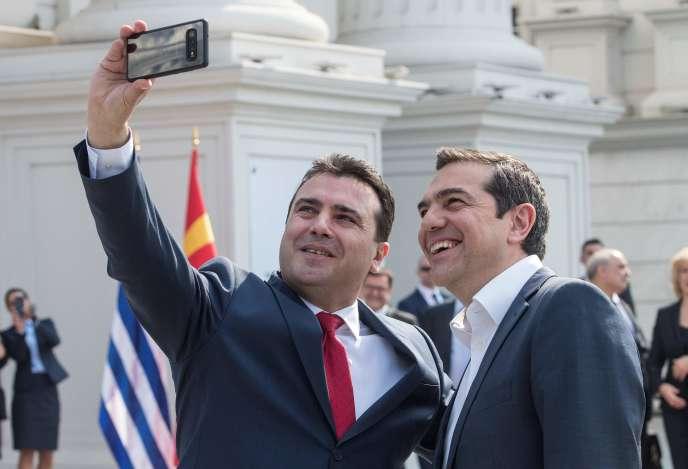 Le premier ministre macédonien Zoran Zaev et son homologue grec Alexis Tsipras, le 2 avril à Skopje.