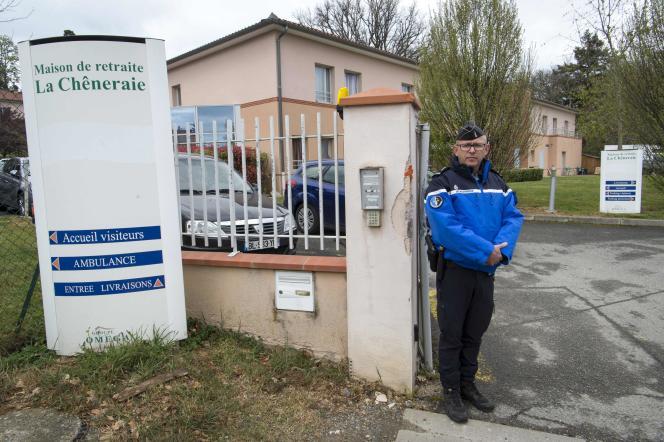 A l'entrée de l'Ehpad La Chêneraie, à Lherm, le 31 mars.