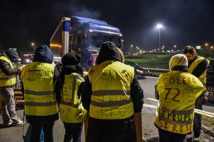 A droite, une manifestante arbore la mention du groupe Facebook « Colère 72» au dos de son gilet jaune au Mans, le 17 novembre 2018.