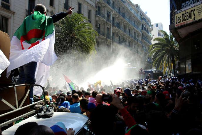 La police utilise des canons à eau contre des manifestants, à Alger, le 29 mars 2019.