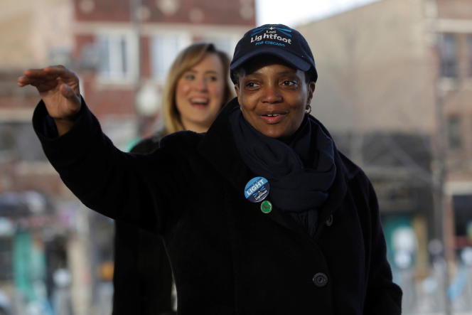 Lori Lightfoot salue ses soutiens, alors que les habitants de Chicago votent, le 2 avril.