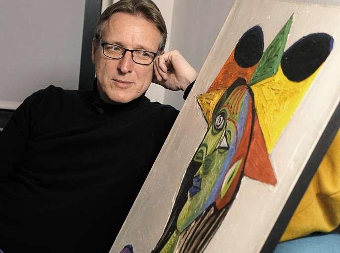 Arthur Brand avec le tableau de Picasso«Buste de femme (Dora Maar)» qu'il aurait retrouvé.