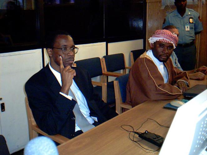 Ferdinand Nahimana (à gauche), un des actionnaires de la RTLM, lors de son procès à Arusha, en décembre 2003.