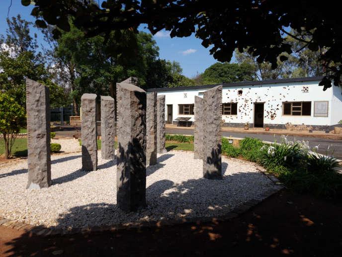 Dix stèles ont été érigées au camp Kigali, dont le bâtiment est encore ciblé de balles, en hommage aux soldats belges tués le 7avril 1994.