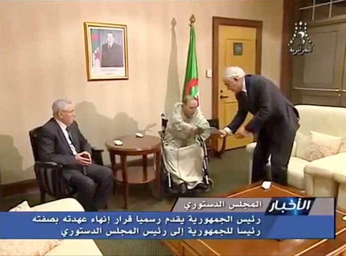 L'ancien président algérien Abdelaziz Bouteflika remet sa lettre de démission au président du Conseil constitutionnel Tayeb Belaiz, le 2 avril 2019, à Zéralda, près d'Alger.
