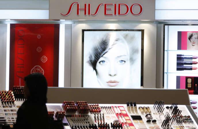 Devant un rayon de produits cosmétiques de la marque Shiseido, à Tokyo.