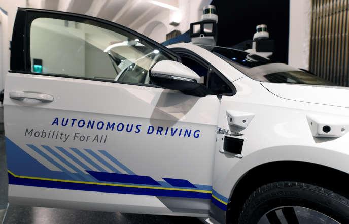 (Voiture autonome E-Golf en test à Hambourg, le 3 avril).
