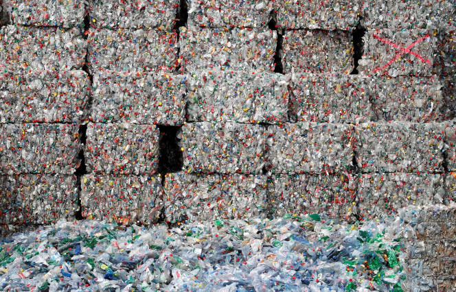 Des bouteilles en plastique (polyéthylène téréphthalate) stockées dans un centre de recyclage à Bilten, en Suisse, le 3 avril.
