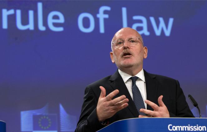 Le vice-président de la Commission européenne, Frans Timmermans, lors d'une conférence de presse suivant l'ouverture d'un nouveau cas d'infraction contre le gouvernement polonais, le 3 avril à Bruxelles.