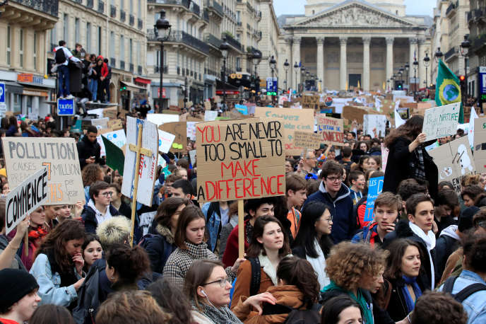 Des étudiants manifestent, vendredi 15 mars, à Paris, lors de la marche pour le climat.