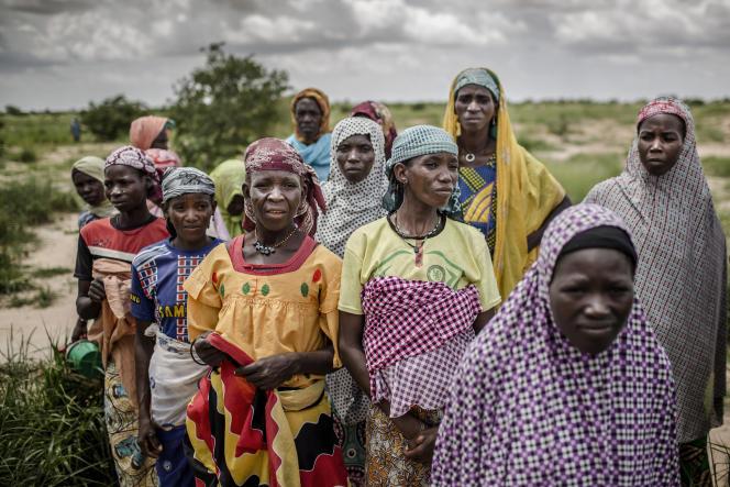 Un groupe de femmes attend l'arrivée d'un convoi des Nations unies près du village de Sabon Machi, dans la région de Maradi, au Niger, le 16 août 2018. Dans ce pays, comme dans de nombreuses autres régions du Sahel, les chocs climatiques ont provoqué des sécheresses récurrentes qui ont eu des effets dévastateurs sur les populations déjà vulnérables de la région.