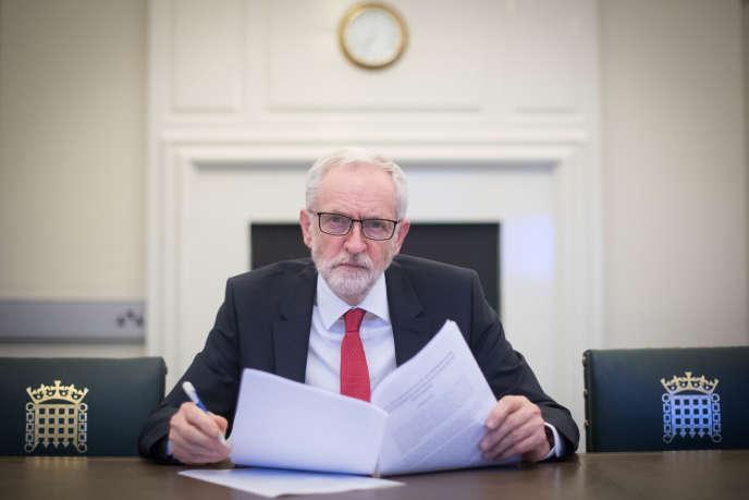 Pacifiste revendiqué, M.Corbyn a promis, s'il arrive au pouvoir, de mener une politique étrangère fondée sur la « résolution des conflits et les droits de l'homme ».