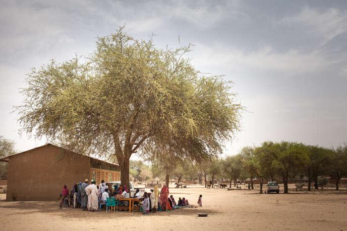 La population du village d'Agang, dans l'est du Tchad, se rassemble pour une session de vaccination le 25 mars 2019.