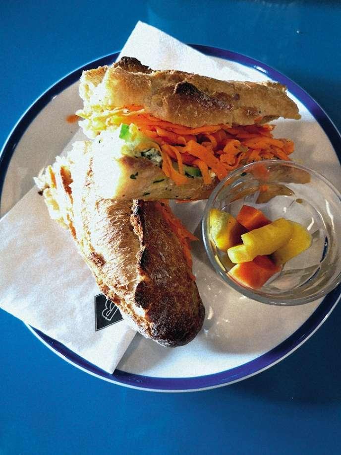 Le sandwich végétarien avec des carottes râpées, du concombre et du cream cheese.