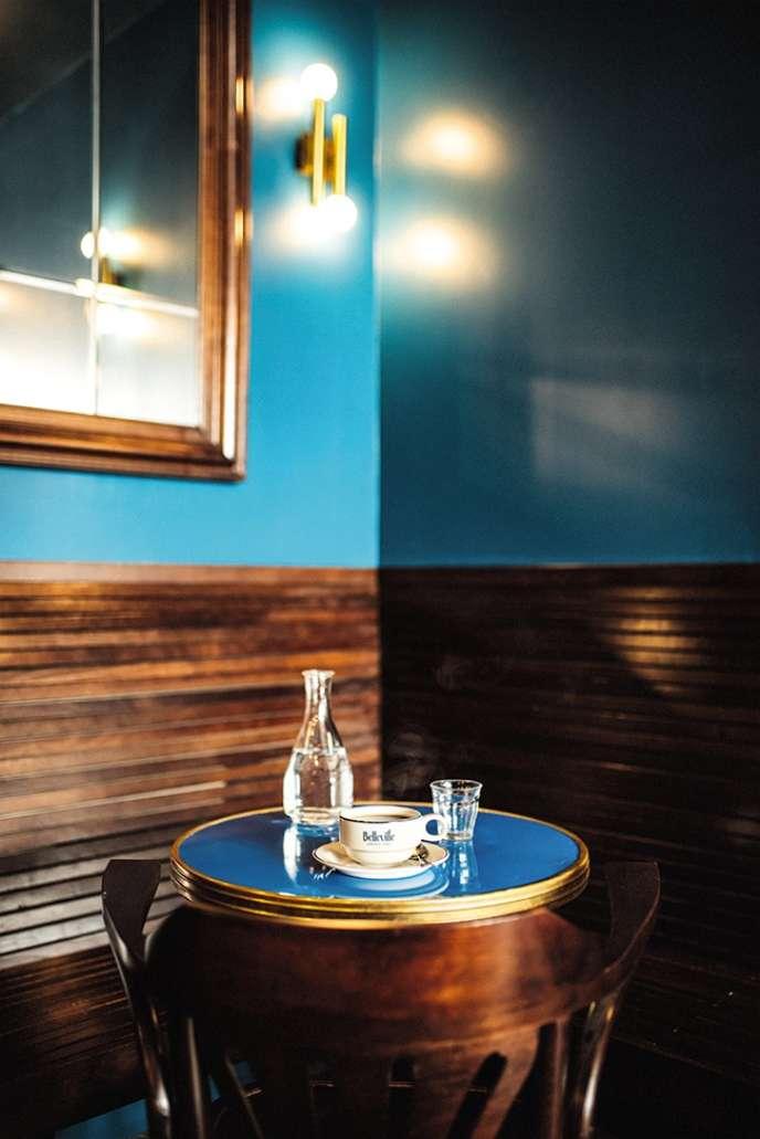« Le 50» avec des murs d'un joli bleu, des globes lumineux et des boiseries.