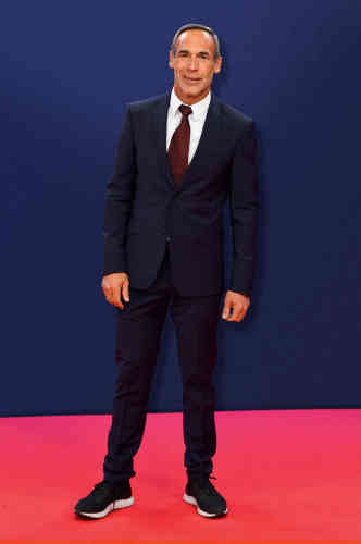 Nouvelle mondanité. Et nouveau costume. Pour assister à Monaco aux Laureus World Sports Awards, récompensant les athlètes les plus marquants de l'année, Mike Horn, 52ans, a enfilé un complet marine de facture classique et d'aspect convenable. Tout irait pour le mieux si un styliste ne s'était pas mis en tête que l'ensemble pouvait être «rajeuni » par des chaussures de sport, oubliant que l'étroitesse d'un pantalon de costume cohabite mal avec la lourdeur d'une paire de baskets. Et que rajeunir une tenue reste le meilleur moyen de vieillir celui qui la porte.