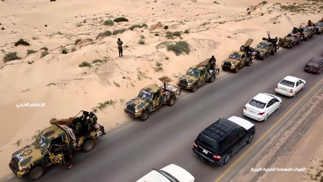 Cette image extraite d'une vidéo diffusée sur la page Facebook du service d'information de l'Armée nationale libyenne montre un convoi militaire se dirigeant vers l'Ouest lybien, à 100 km de Tripoli, le 3 avril 2019.