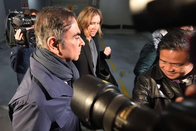 Carlos Ghosn et sa femme, Carole, sortent de chez l'avocat japonais de l'ex-PDG de l'Alliance Renault-Nissan-Mitsubishi, le 3 avril, à Tokyo.