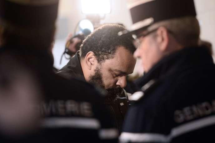 L'humoriste DieudonnéM'Bala M'Balalors de son procès pour fraude fiscale et blanchiment d'argent, à Paris le 1er avril.