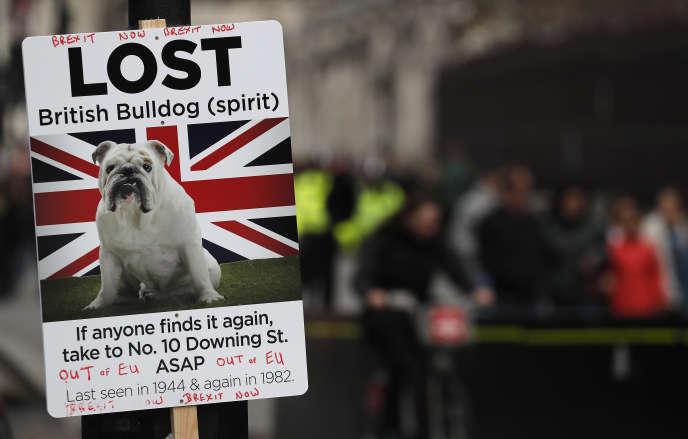 Une affiche pro-Brexit, lors d'une manifestation face à la Chambre des communes à Londres, jeudi 4 avril 2019.