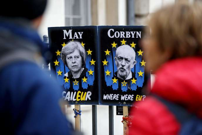 Des affiches en opposition à Theresa May et Jeremy Corbyn, près du Parlement à Londres, le 3 avril.