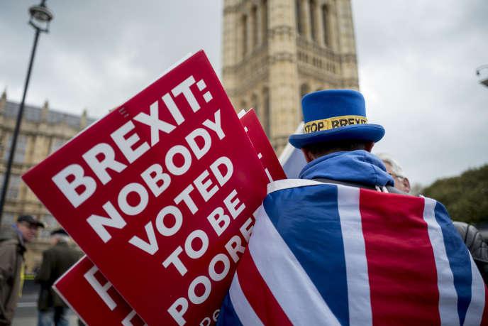 Un opposant au Brexit, dont la pancarte dit« Personne n'a voté pour être pauvre», devant le Parlement britannique, à Londres le 3 avril 2019.
