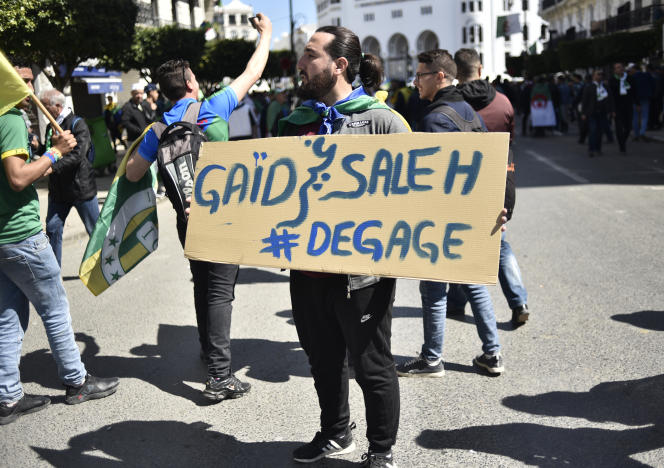 Un manifestant demande le départ du chef d'état-major de l'armée algérienne, à Alger, le 29mars.