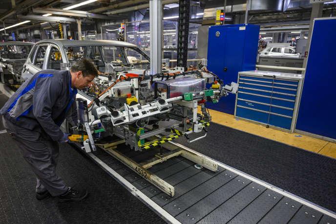 Un ouvrier travaille sur une chaîne de production de l'usine Volkswagen de Wolfsburg, en Allemagne, le 1er mars.
