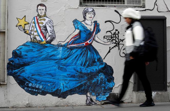 La fresque du street-artiste Combo, représentant Emmanuel Macron et Theresa May à Paris, le 5 avril.