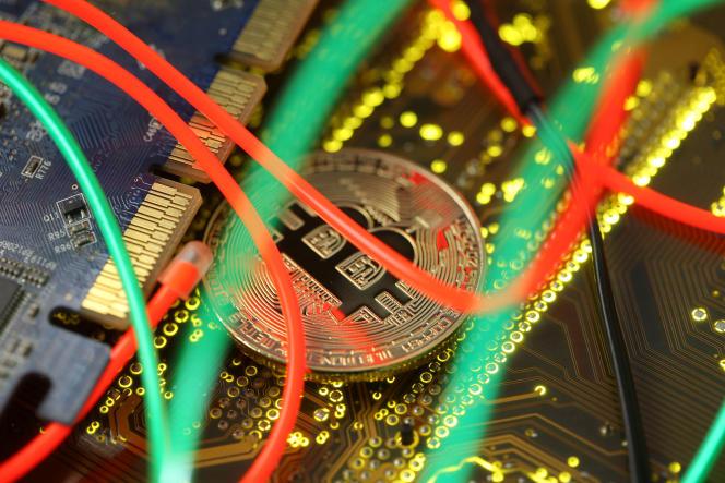 Représentation de la monnaie virtuelle Bitcoin sur une carte mère PC.