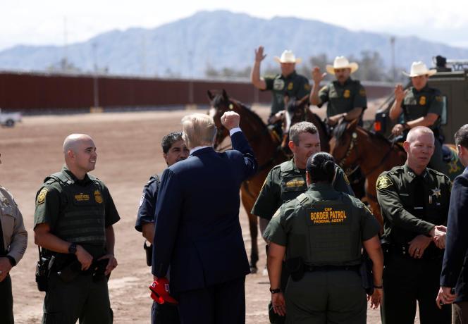 Le président américain en visite à la frontière mexicaine près de Calexico (Californie), le 5 avril.