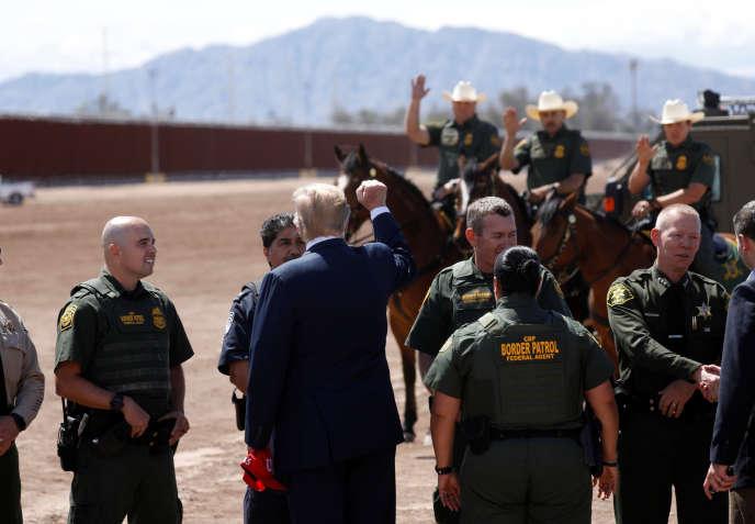 Il Presidente degli Stati Uniti visita il confine messicano vicino a Calexico, in California, 5 di aprile.