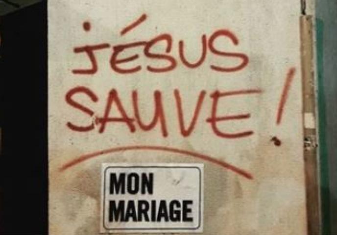 L'inscriptionest parfois détournée par des habitants, qui s'amusent à compléter le message.