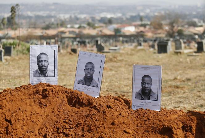 Au cimetière de Mamelodi, dans la banlieue de Pretoria, les restes de corps de militants noirs exécutés sous le régime de l'apartheid ont été exhumés pour être réenterrés. Ici, en août 2018.