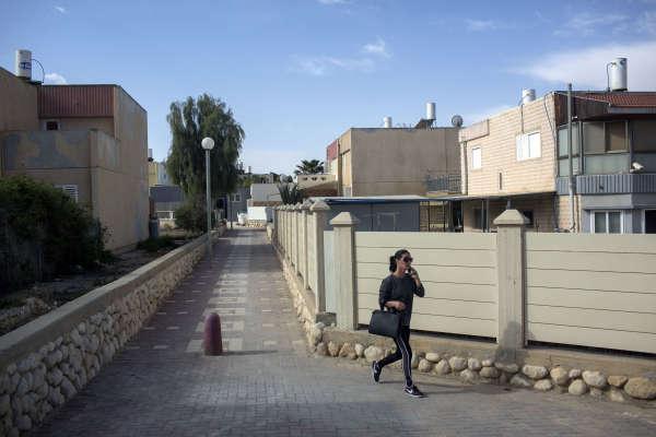Yeruham se situe dans le Néguev, à environ 150 km au sud de Tel-Aviv.