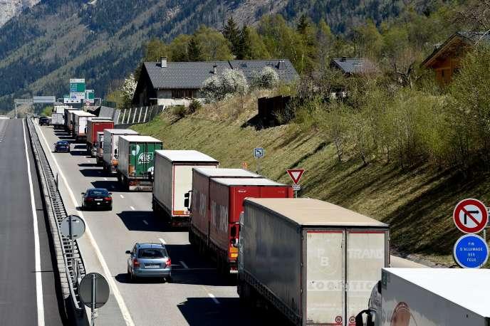Des campions sur l'autoroute en direction de l'Italie, près de Chamonix (Haute-Savoie), en avril 2017.