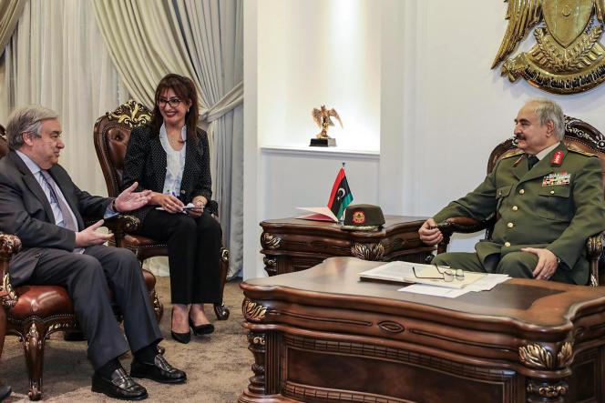 Antonio Guterres, le secrétaire général des Nations unies, lors d'une rencontre avec le maréchal Haftar, à Benghazi,vendredi 5 avril.