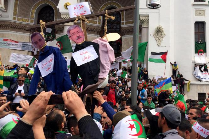 L'homme d'affaireAli Haddad et l'ancien premier ministreAhmed Ouyahia pendus en effigies lors d'une manifestation à Alger, Algérie, le 5 avril 2019.