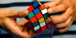 Un candidat participe au championnat du monde Rubik's Cube à Budapest, le 5 octobre 2007.