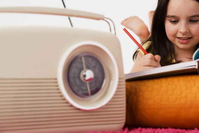 Pour occuper les enfants le week-end ou en vacances, les podcasts peuvent être de précieux soutiens.