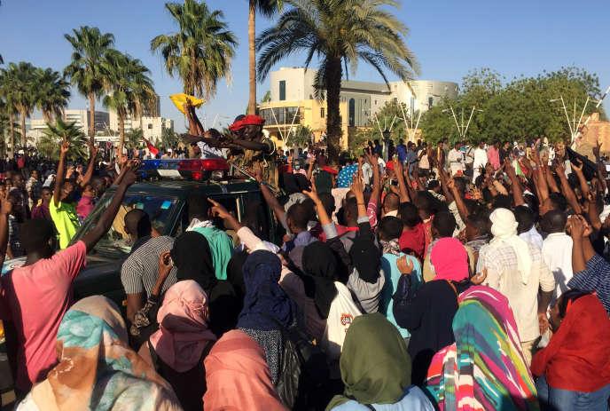 Des milliers de Soudanais se sont mobilisés pour protester contre le régime d'Omar Al-Bachir, à Khartoum, le 5 avril.