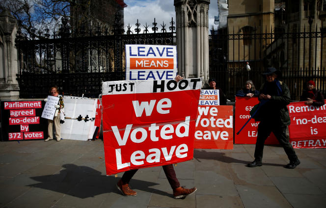 Un manifestant pro-Brexit aux abords du Parlement britannique à Londres, le 4 avril.