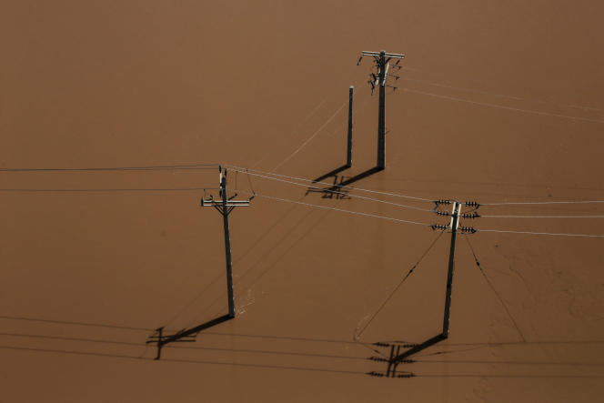 Des poteaux électriques partiellement immergés, dans la province du Khouzistan, le 5 avril.
