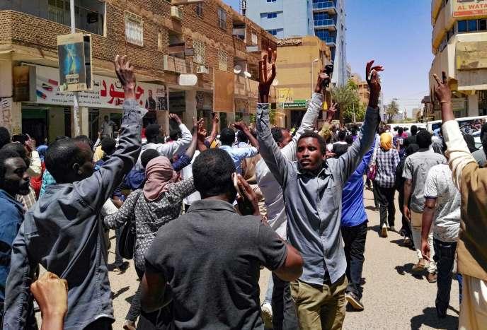 Manifestation antigouvernementale, à Khartoum, le 6 avril.
