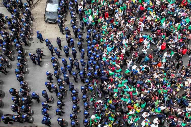 Les forces de l'ordre algériennes font face aux manifestants à Alger, vendredi5avril.