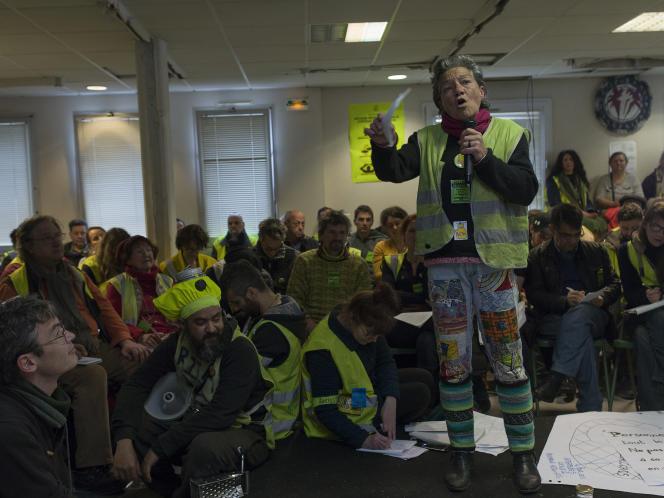 Les délégués de chaque groupe de débat de la veille montent sur l'estrade chacun à leur tour afin d'expliquer les idées qui en ressortent. Séance plénière lors du deuxième jour de la seconde «Assemblée des assemblées» de « gilets jaunes» à la Maison du peuple de Saint-Nazaire.