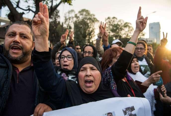 Pendant les délibérations, plusieurs dizaines de personnes – des familles, des militants du Hirak ou des droits humains – avaient manifesté devant le tribunal, à Casablanca.