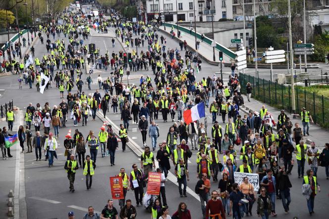 Les« gilets jaunes» en direction du quartier de la Défense à Paris, samedi 6 avril.