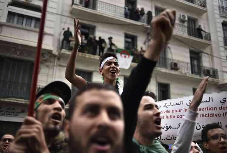 Le centre d'Alger était bondé vendredi5avril. D'imposants cortèges défilaient dans d'autres villes.